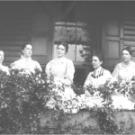 Elizabeth Coleman White (penultima din dreapta) împreuna cu surorile